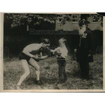 1918 Press Photo Sonny Bird Famous Chelsea Lad boxes with small brother