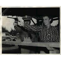 1942 Press Photo Ramona & Capt. Dewey Mookini in Firing Range