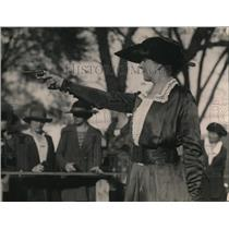 1920 Press Photo Mrs. Van Winckle, demonstrating to students sleuths