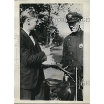 1930 Press Photo Eddie Schneidershowing flying trophy to Ofcr James Dumphy