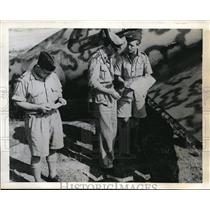 1943 Press Photo R.A.F. officers discuss route at a recently captured airport