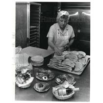 1985 Press Photo Dolores Kaczmarski prepares snacks for Airlines passengers