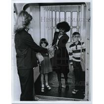 1981 Press Photo Children Traveling Alone Escorted by United Airlines Employees