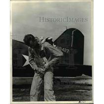 1943 Press Photo 1st Lt David Allen on parachute preparatory over Indian Lake