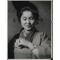 1923 Press Photo Uta Uchida & wrist watch used in place of wedding ring
