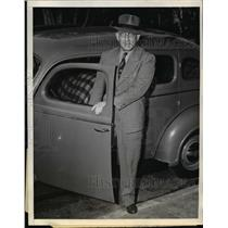 "1938 Press Photo Elmer ""Gloomy Gus"" Henderson getting out of his car"