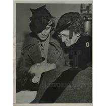 1937 Press Photo Ray Woods stunt man injured, wife & mom at hospital
