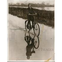 1932 Press Photo Surrey England bicyclist on a flooded road