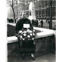 1960 Press Photo Franciscan Monk Brother Selwyn With A Wreath - KSB40769