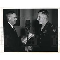1943 Press Photo Lt.Col Alvin J.H.Mueller, Army Pilot meet Ward T. Van Orman.