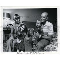 1977 Press Photo Mr. & Mrs. Charles R. Fullerton reunion w/ Gordon - ora29344