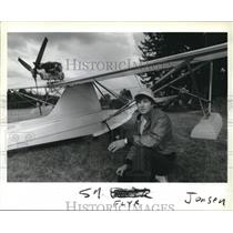 2002 Press Photo Roger L Bitton at Sandy river airport with his plane - ora02073