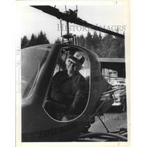 1979 Press Photo Delbert Duvall tinkering with his latest helicopter project.
