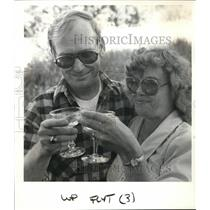 1985 Press Photo Bob and Dawn Benck of Hubbard toast one another with champagne