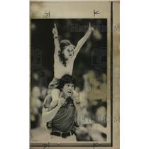 1976 Press Photo Basketball coach Joe Boylan with his daughter Heather at a game