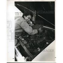 1972 Press Photo Jacqueline Carmack while fixing the plane's engine - ora00892