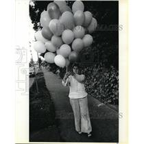 1980 Press Photo Jean Fairbanks Gathers Balloons Given To Her By Friends