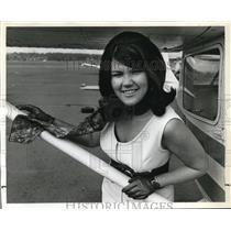 1969 Press Photo female traffic watcher, Sheilah Frye before boarding plane
