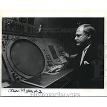 1984 Press Photo Air Traffic controller Alam W Bracy works a radar screen
