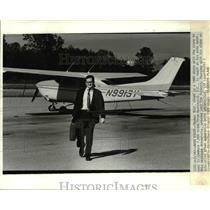1984 Press Photo Tom Root at the airport