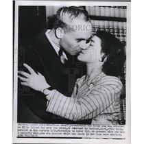 1930 Press Photo German Spy Suspect Ellen Knauff Kissing Husband Kurt