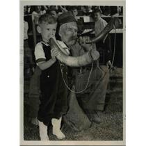 1939 Press Photo Four year old Bobby osborne and Corwell at the fox horn contest
