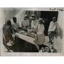 1935 Press Photo Ethiopian Warrior having his leg bandaged by Italian doctors
