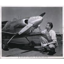 1947 Press Photo Johnny Schields at Tony Lewis midget racer plane