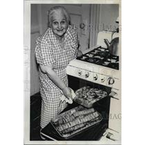1961 Press Photo Rose Hymen Food Caterer Studel, Blintzes - ora42735
