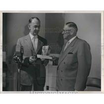 1954 Press Photo RW Coopey winner in Fisher's Biskit mix shortcake contest