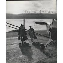 1960 Press Photo The Somerton-Rayners Leave Airplane