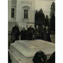 1922 Press Photo Department Officers at a Tomb of a Soldier