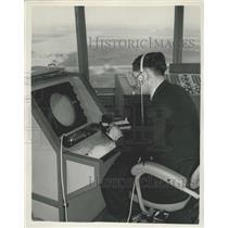 1955 Press Photo London Airport. Approach control radar.
