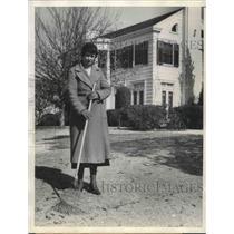 1935 Press Photo Anna Laura Barnett racking the leaves infront of her Mansion