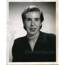 1955 Press Photo Home Economist Marie Gifford on economy dishes - ora29922