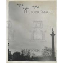 1960 Press Photo 36-Hunter jet fighters fly over London forthe birth of Prince