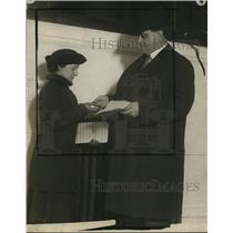 1915 Press Photo Ivor FB Willis buys Red Cross stamp from Mrs M Mitchell