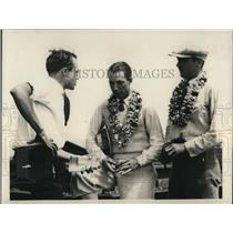 1929 Press Photo Reporter with aviators Richard Grace & CC Spang