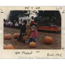1988 Press Photo Eric Schlosser, Elisa and Jessica Landen Pumpkins - ora35003