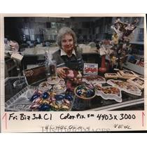 1989 Press Photo Candy Maker Lu Berman displays her wares - ora04748