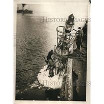 1923 Press Photo Coast Guardsmen clear ice from NY harbor buoys