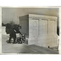 1932 Press Photo Capt. Erwin Wassner in Tomb of the Unknown Soldier in Arlington
