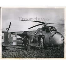 1954 Press Photo USAF Tactical Med Center team & helicopter