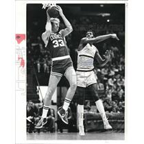 Press Photo Larry Bird Against Cavs Reggie Johnson