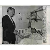 1960 Press Photo Stuart Symington chats with Charles Flynn at Veterans hospital