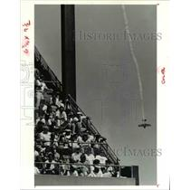 1991 Press Photo Leo Loudenslager and his Laser 200 flies durign Browns Game