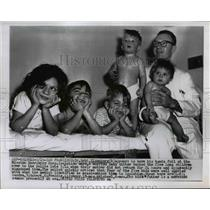 1955 Press Photo Dr Robert Eisenberg With 5 Abandoned Children with Measles