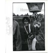 1990 Press Photo Carol Japngie trilled after jump from hot-air balloon