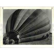 1983 Press Photo Kurt McLaughlin checks his hot air balloon as it is inflated