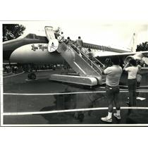 1987 Press Photo Elvis Presley plane Lisa Marie